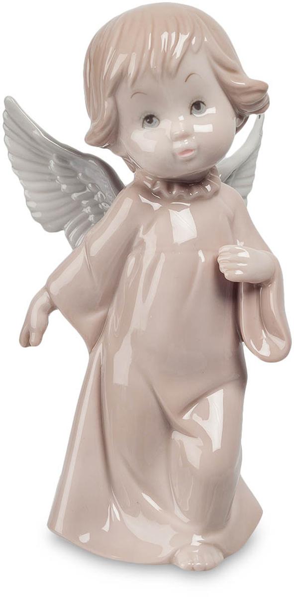 Фигурка Pavone Ангел. JP-05/16THN132NФигурка Ангела высотой 16 см.Урсула - символ двойственности натуры, баланса между плохим и хорошим.Так уж повелось, что ангелов часто изображают в виде маленьких детей: дети, искренние и неподкупные, удивляют лишь своей наивностью. Светло-бежевая статуэтка Ангел, сделанная из фарфора и имеющая высоту 16 сантиметров, также изображает ангела в виде маленькой девочки с белыми крыльями, одетой в длинную ночную рубашку с широким рукавом.Девочка, повинуясь неизвестным нам чувствам и мотивам, шагает вперед, но в ее взгляде можно прочитать сомнения и опасения. Возможно, ребенку предстоит узнать новое о жизни людей – то, о чем на небесах стараются лишний раз не вспоминать. Правая рука ангела отведена назад, а поднятая вверх левая расположена рядом с сердцем. У ребенка каштановые волосы и приятное лицо, говорящее о чистоте помыслов.Маленького ангела из коллекции Pavone можно подарить верующему другу или подруге, преподнести на христианский праздник родителям, а также украсить ребенком собственную спальню или детскую комнату.