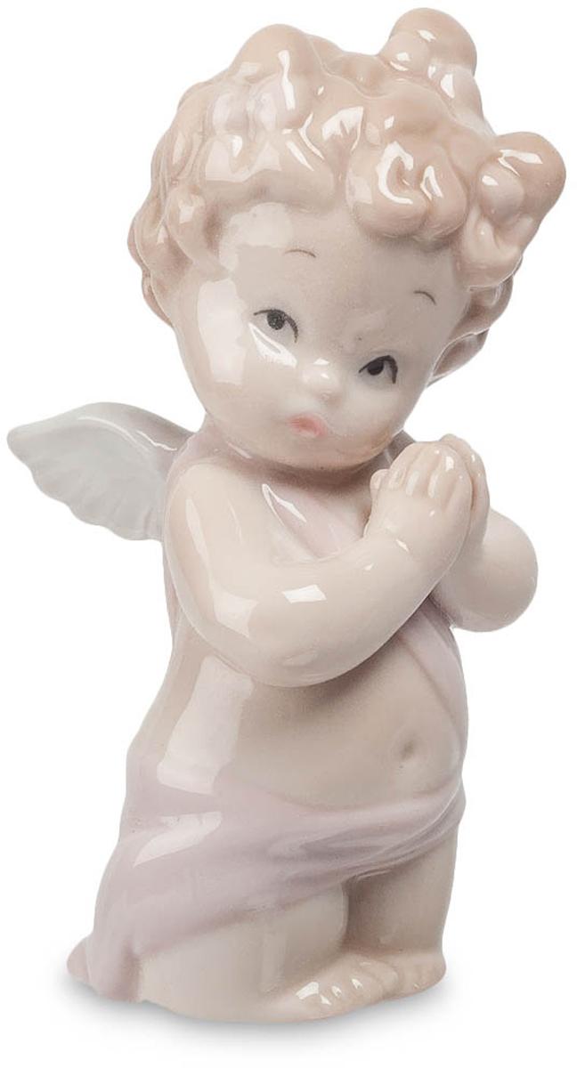 Фигурка Pavone Амурчик. JP-09/ 4THN132NФигурка Амура высотой 9.5 см.Вечерняя молитва - традиция, которой придерживаются во многих сеьмях по всему миру.Фигурка Амурчик — это милый, забавный и такой невинный ангелочек, который сложил ручки и так по-особенному смотрит своими маленькими, симпатичными глазками. Это чудное фарфоровое изделие вызывает потрясающие эмоции, ведь невозможно без любви смотреть на это чудо. Фигурка выполнена в бежевых тонах, пусть и отсутствуют здесь оригинальные детали, стразы или какие-либо другие яркие украшения, это никак не нарушает общую композицию.Плавные и изящные линии дизайна просто завораживают своим естественным переплетением. Амурчик о чём-то задумался и так мило прислонил к своим ручкам щеки, словно желает шепнуть кому-то на ушко свое сокровенное желание. Такая статуэтка может стать символичным подарком ко Дню Святого Валентина или на Рождество. Она не занимает много места и прекрасно украсит полочку серванта.