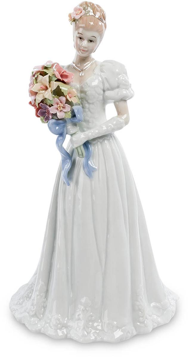 Фигурка Pavone Невеста. CMS-10/20THN132NФигурка Невеста (Pavone) Невеста готова совершить самый важный шаг в своей жизни. Она наряжена в торжественное платье, прическа ее украшена цветами и в руке – торжественный свадебный букет. Но взгляд ее тревожен: слишком многое изменится в ее жизни буквально через минуту, и она пытается представить себе эти изменения и саму себя в новой роли – супруги, хозяйки дома, матери своих будущих детей. Тревога эта не омрачает лицо невесты: она верит, что все эти перемены – только к лучшему и ее ждет настоящее семейное счастье. Подарив невесте такую фигурку, можно пожелать ей всего того, что она сама ждет от решающего шага к семейной жизни.