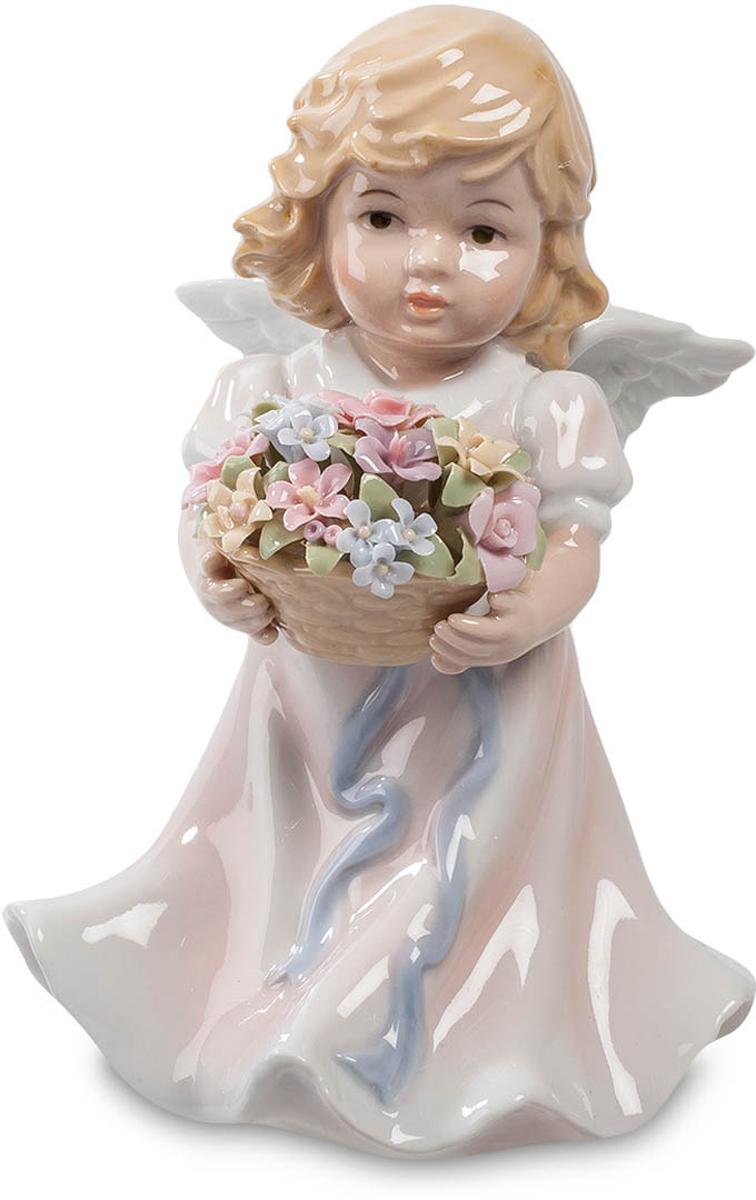 Музыкальная фигурка Pavone Ангелочек. CMS-11/2674-0120Музыкальная фигурка Ангелочек (Pavone) Ангел может быть и мальчиком, и девочкой. Кто этот очаровательный ребенок, сказать трудно: длинные волосы и мальчишки в таком возрасте носят. Впрочем, одежда все же выдает меленькую девочку. Белые крылышки за спиной – скорее символ чистоты и непорочности души. А вот огромная охапка цветов, полная корзина разноцветных растений – это искренний, от души, подарок. Если вы хотите преподнести букет своей избраннице, но стесняетесь и робеете, перепоручите это важное дело такому ангелочку. Пусть он вместо вас вручит букет. Эти цветы к тому же сохранятся долго – фарфоровые лепестки не завянут. Подарок будет сопровождать музыка – достаточно завести механизм музыкальной шкатулки, скрытый в фигурке ангела.
