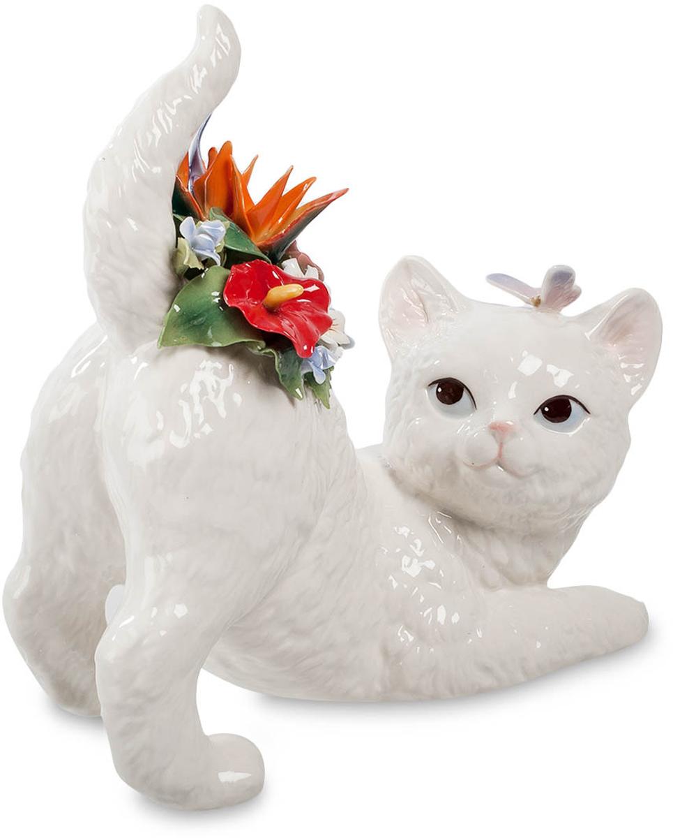 Фигурка Pavone Котенок. CMS-15/3837915Фигурка Котенок (Pavone) Симпатичный беленький котенок оглядывается назад с удивлением – кто это поместил ему на спинку целый букет цветов? Букет действительно небольшой, но очень красивый и яркий, даже не верится, что все эти разноцветные тоненькие лепестки изготовлены из фарфора. Но беспокойства котика на этом не окончились – на голову ему приземлилась бабочка, собирающаяся, похоже, перелететь на этот букет. Ну, совсем покоя нет – только собрался полежать и подремать, как напали со всех сторон: одни цветами украсили, другие летают вокруг. А впрочем, чего расстраиваться: с букетом котенок еще красивее стал. А вот бабочку, наверно, прогонит, чтобы спать не мешала…