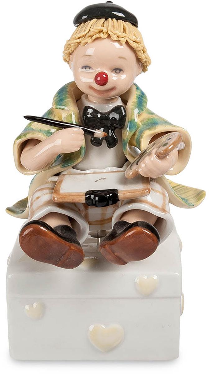 Музыкальная фигурка Pavone Клоун. CMS-23/1012723Музыкальная фигурка Клоун (Pavone) Музыкальная фигурка Клоун, изготовленная из настоящего итальянского фарфора - отличная возможность пополнить свою коллекцию новым, необычным экземпляром. Прекрасная работа видна невооруженным взглядом: четкие линии, плавный рисунок, точно передающий наряд забавного клоуна с кисточкой и красками. Эта фигурка может стать хорошим подарком для любого коллекционера, или просто человека, которому по душе такие вещи. Знаете такого? Что же, теперь вам не придется ломать голову над подарком ему, ведь вы его уже нашли.