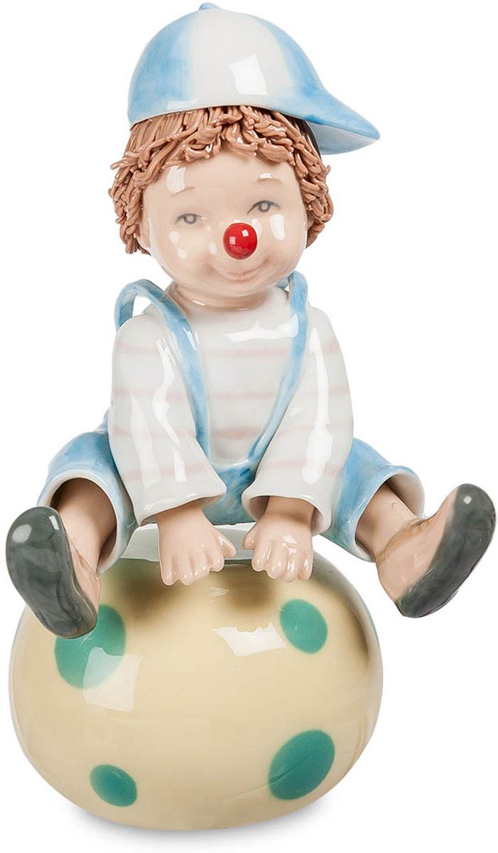 Музыкальная фигурка Pavone Клоун. CMS-23/1125051 7_зеленыйМузыкальная фигурка Клоун (Pavone) Клоун уселся верхом на огромный мяч и готовится повеселить зрителей. Из всей клоунской раскраски на его лице только характерная красная нашлепка на кончике носа. Шапочку с козырьком он развернул вбок – так забавнее. Но он не просто сидит на мяче и даже не прыгает через него. Эта фигурка – не простая, а музыкальная, и если завести ключиком пружинный механизм, будут звучать звуки музыки, а клоун на мяче начнет вращаться. Совершенно неожиданное действие, зато смотрится действительно смешно. И пусть этот клоун только учится выступать на цирковой арене, он еще мальчишка, который только мечтает о цирке, но номер у него явно получился.