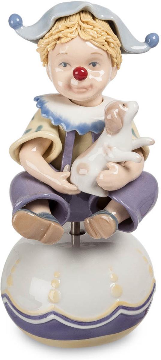 Музыкальная фигурка Pavone Клоун. CMS-23/1474-0060Музыкальная фигурка Клоун (Pavone) Маленький клоун сидит на какой-то полусфере. Это явно еще ребенок и клоунада его – лишь попытки подражать мастерам этого непростого циркового искусства. Но одет по всем правилам, ярко и смешно. Носик с красной нашлепкой, забавная клоунская шапочка, широкий резной воротник. На руках у мальчика – щенок. Многие клоуны выступают в паре с дрессированным песиком, и пусть малыш еще не сумел ничему научить будущего партнера – все еще впереди. Итак, клоун начинает свой номер. Раздается музыка и фигурка начинает вращаться. Оказывается, это не простой сувенир, а музыкальный – хорошее развлечение для всех домочадцев.