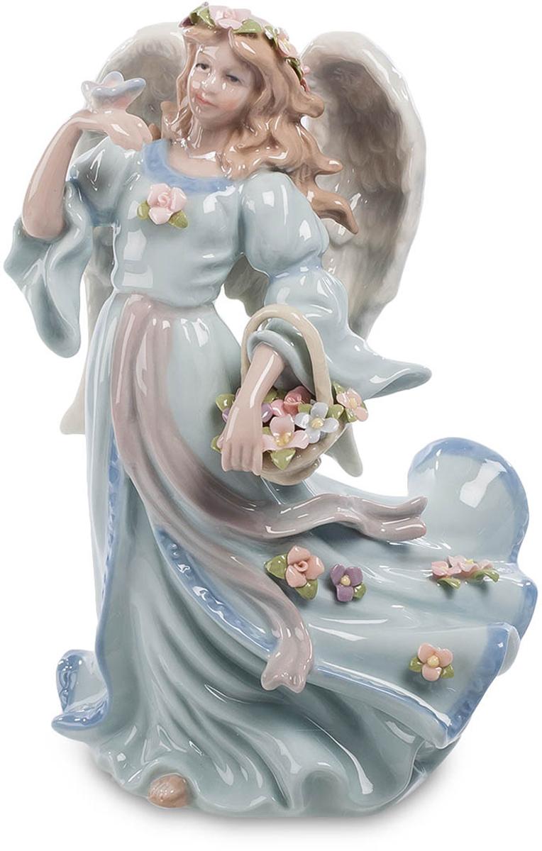 Фигурка Pavone Ангел с бабочкой. CMS-24/ 374-0120Фигурка Ангел с бабочкой (Pavone) Фигурка Ангел с бабочкой - это не просто интерьерное украшение, а изделие, которое привнесет в ваш дом радость и счастье. Фарфоровый ангел выполнен в виде длинноволосой кудрявой девушки, которая носит пышное платье и обладает крыльями. Девушка-ангел держит в руке корзину с цветами. Ее платье и волосы также усыпаны цветочными бутонами. На ладони у девушки сидит яркая бабочка, которая, по всей видимости, прилетела на сладкий цветочный аромат.Фигурка Ангел с бабочкой изготовлена из тонкого фарфора, поверхность которого покрыта пастельными красками. Благодаря столь привлекательному дизайну и искусному исполнению фигурка выглядит невероятно стильно и нежно.