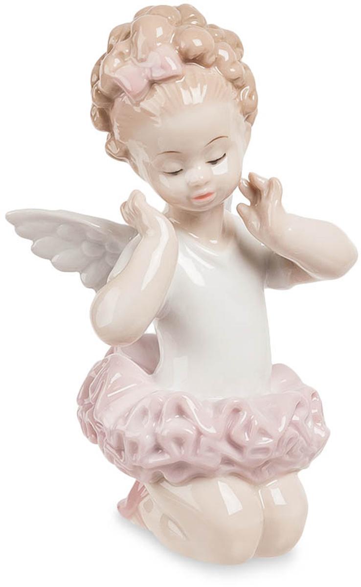 Фигурка декоративная Pavone Балерина-ангелочек, высота 12 смJP-09/14Декоративная фигурка Pavone Балерина-ангелочек станет оригинальным подарком для всех любителей стильных вещей. Сувенир выполнен из высококачественного фарфора в виде милого ангелочка. Изысканный сувенир станет прекрасным дополнением к интерьеру. Вы можете поставить фигурку в любом месте, где она будет удачно смотреться и радовать глаз.
