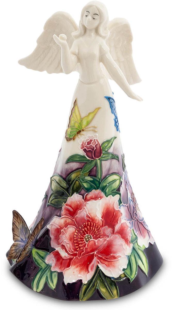Фигурка Pavone Девушка-Ангел. JP-247/2241619Фигурка Ангела высотой 17 см.Не редко душа взмывает в высь небес от переполненых чувств!Фигурка Девушка-Ангел - это фарфоровое воплощение чуда, сказки и доброты. Девушка с белоснежными ангельскими крыльями одета в длинное платье, подол которого напоминает цветочную поляну, ведь он расписан яркими цветочными композициями, над которыми порхают бабочки. Легкий и воздушный образ девушки дополняет аппликация в виде бабочки, которая украшает ее наряд.Фигурка Девушка-Ангел привнесет в интерьер вашего дома нотки божественного света и ангельской доброты.
