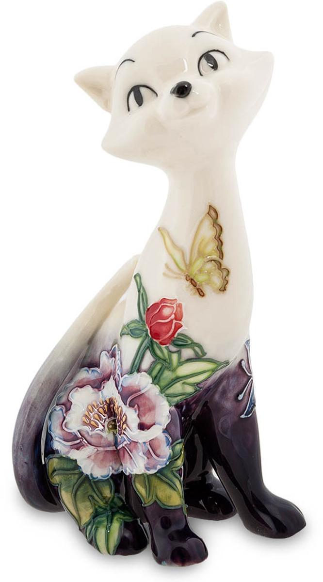 Фигурка Pavone Кошка. JP-247/24THN132NФигурка Кошки высотой 16 см.У древних Египтян кошка была хранителем беременных женщин и покровительницей Луны. Кошка с таким раскрасом будет прекрасным подарком для будущих и действующих мам!Изящная кошечка сидит среди пышной садовой растительности, распустившихся разноцветных цветов и внимательно смотрит на летающих вокруг бабочек. Все эти цветы и бабочки на самом деле не соседствуют с фигуркой кошки, а нарисованы на ней, но получается вполне реалистично. Прямо кусочек природы, летнего дня, перенесенный на стол в вашей комнате и не тускнеющий при любой погоде. Пусть за окном осенние дожди или зимние метели, но цветы все также будет радовать глаз, а кошечка следить за пролетающими бабочками. А если еще и любителю кошек такую статуэтку подарить, так он тем более будет чувствовать себя счастливым.