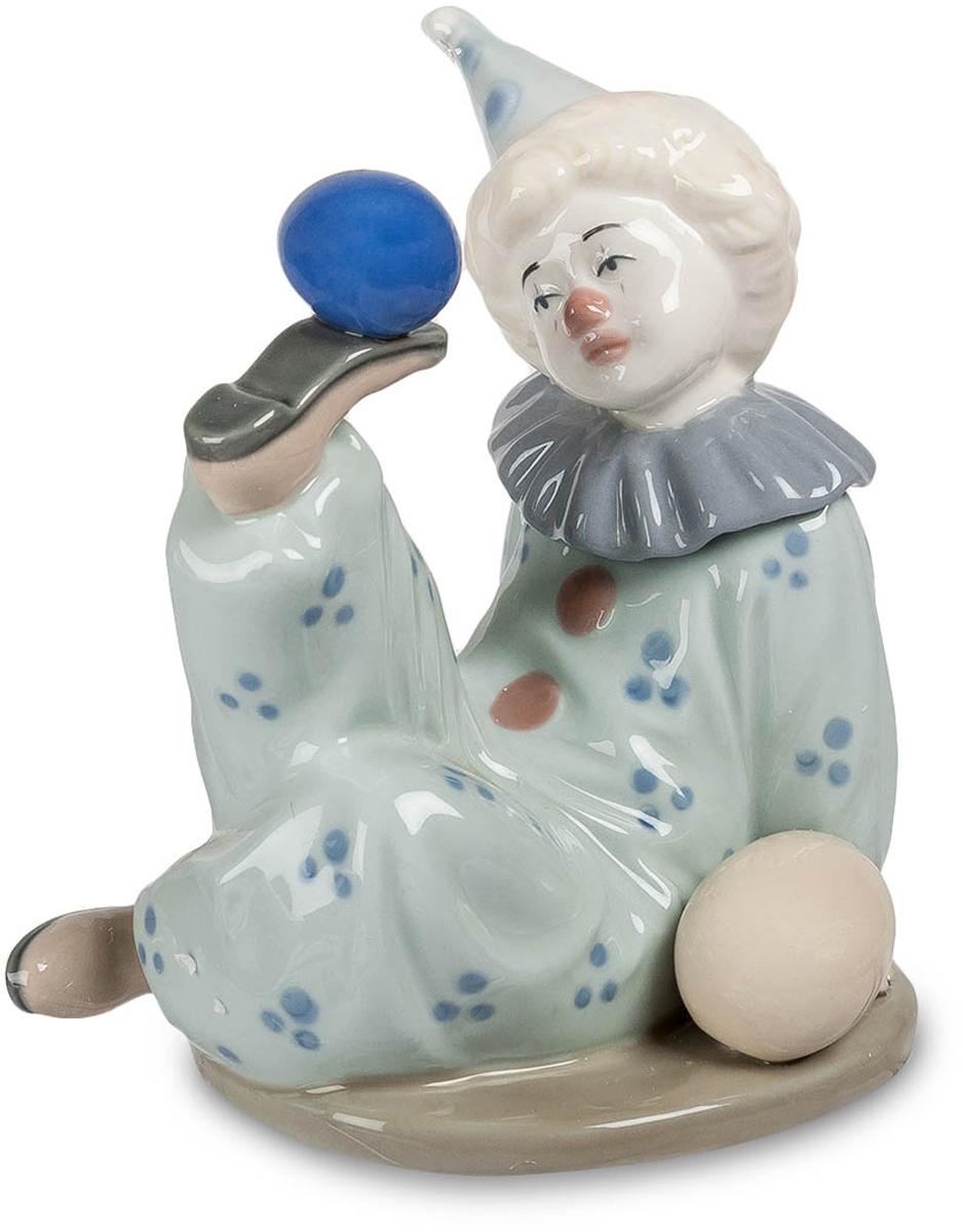 Фигурка Pavone Клоун с шариками. CMS-23/23THN132NФигурка Клоун с шариками (Pavone) Клоунада – это самый сложный жанр циркового искусства. Клоун всех пародирует, а, значит, и сам должен любые трюки делать не хуже других артистов. И при этом он еще и веселить людей должен. Представляете, как это сложно – жонглировать мячиками, причем не только руками, а и ногами, и при этом делать это так, чтобы всем смешно было! Вот такой номер придумал клоун, и он уверенно держит мяч на подошве своего ботинка. Что он при этом вытворяет, непонятно, взгляд у клоуна никогда не бывает веселым. Он не себя самого веселит, а зрителей. А вот они наверняка со смеху ложатся. Хороший подарок для начинающего артиста клоунады – образ, которому можно подражать или просто брать с него пример.