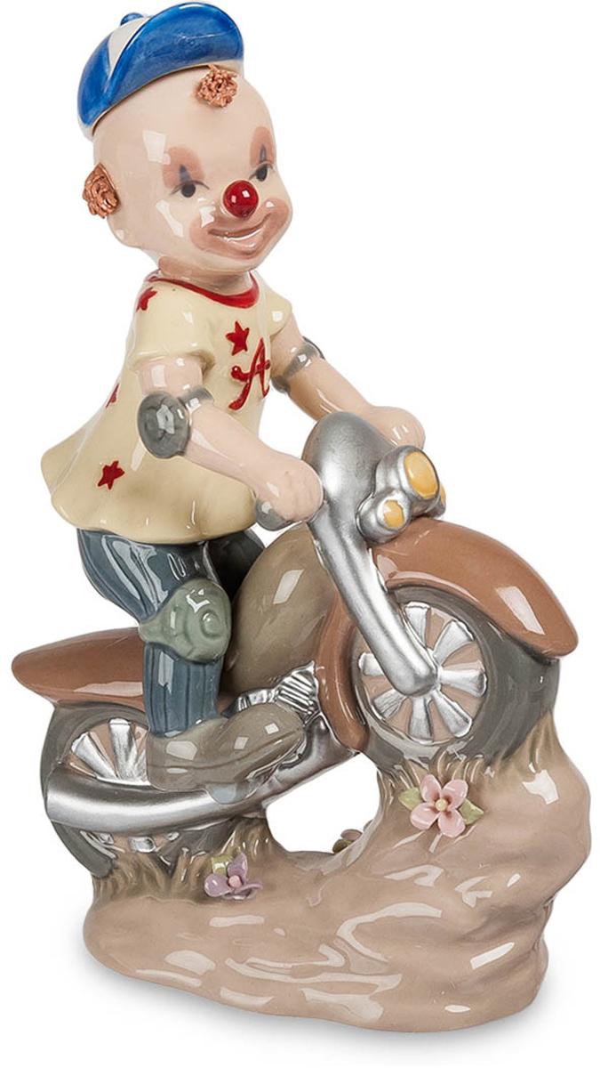 Фигурка Pavone . Клоун на скутере. CMS-23/2525051 7_зеленыйФигурка  Клоун на скутере (Pavone)Фигурка Клоун на скутере понравится всем любителям красивых и забавных вещей. Фигурка выполнена в виде маленького добродушного клоуна, который мчится на скутере, радуя окружающих своим оптимизмом. Юный клоун нарисовал на своем лице обезоруживающую улыбку и разукрасил свой нос красным цветом, поэтому не остается никаких сомнений – его призвание веселить публику и забавлять народ, тем самым даря нам приятные эмоции.Фигурка Клоун на скутере изготовлена из фарфора. Поверхность изделия покрыта приглушенными перламутровыми красками, благодаря чему этот атрибут органично впишется как в строгие, так и в более неформальные интерьерные стили.