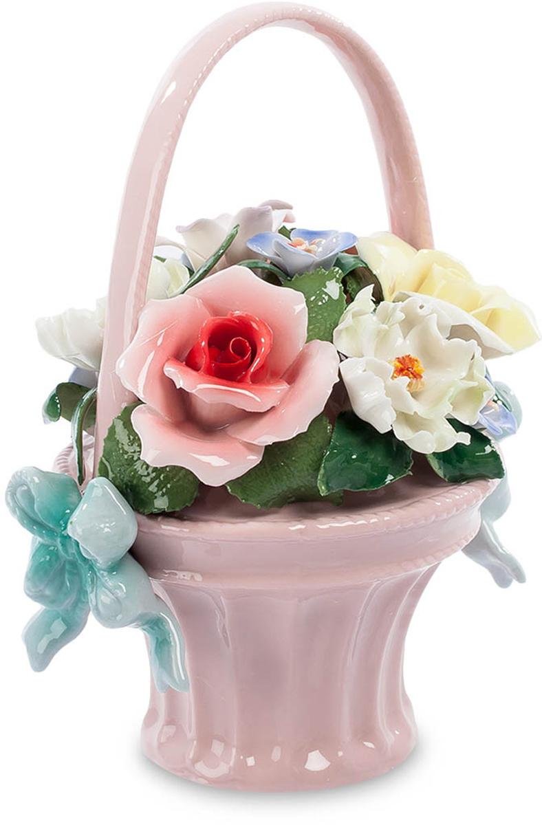 Композиция Pavone Цветочная корзина. CMS-33/2328907 4Композиция Цветочная корзина (Pavone) Корзина живых цветов – это красиво и очень торжественно. Но пройдет несколько дней и от живой красоты ничего не останется – завянут цветы, пожелтеют и засохнут зеленые листья. Вручая живые цветы, продублируйте их вот таким подарком – фарфоровой корзинкой с цветами. Здесь собрана яркая и пестрая композиция – цветы белые и желтые, красные и голубые. И все это – в изящной розовой корзиночке. Каждый лепесток – как живой, краски сочные и явно неподвластные времени. Ваш подарок поставят на видное место и будут вспоминать круглый год – никакая зима не страшна этим цветам! Они всегда будут напоминать и о том, кто их подарил, а вы ведь этого и хотите, правда?