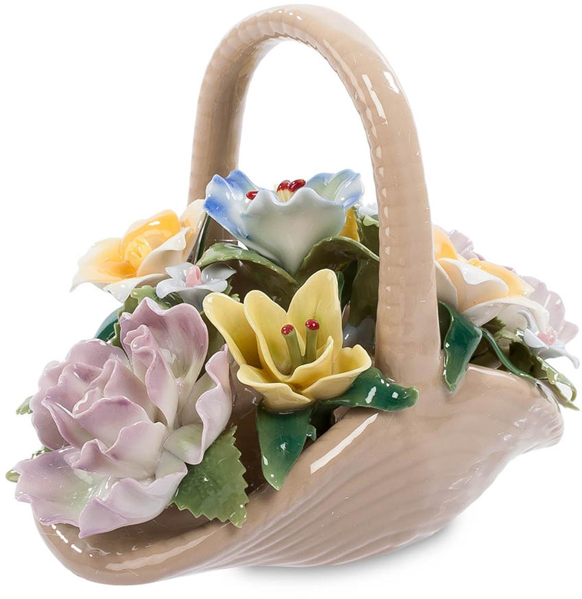 Композиция Pavone Цветочная корзина. CMS-33/25FS-80299Композиция Цветочная корзина (Pavone) Цветы в подарок – это всегда радует. Такой знак внимания воспринимается как настоящий порыв души, выражающий искренние чувства. Обидно только, когда спустя 3-5 дней цветы вянут, и их приходится выбрасывать. Хотите, чтобы ваш подарок радовал много лет? Вот перед вами – корзинка с цветами. И сама она и цветы изготовлены из фарфора, но с такой тщательностью, что кажутся живыми. Эта разноцветная цветочная композиция не завянет никогда и будет создавать в вашей комнате летнюю теплую атмосферу, согретую напоминанием о том, что эту корзину подарил. Предпочитаете дарить живые цветы? Подарите фарфоровую корзинку вместе с живым букетом!