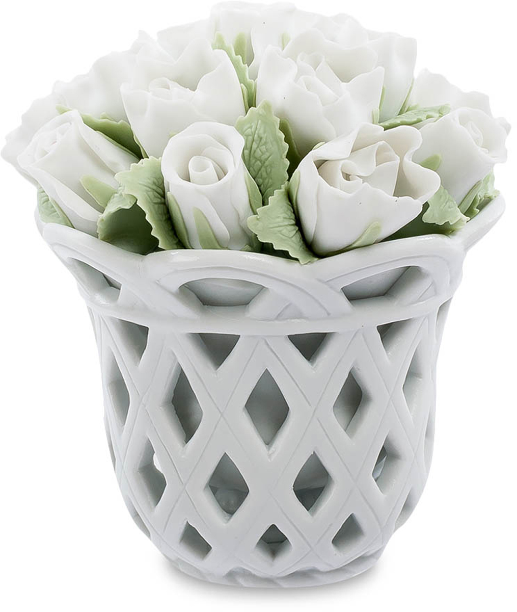 Композиция Pavone Цветочная корзина. CMS-33/26THN132NКомпозиция Цветочная корзина (Pavone) Элегантная корзина, заполненная белыми розами с бледно-зелеными листьями. Каждый лепесток настолько естественно выглядит, что не верится, что это – фарфор. Белый цвет – символ чистоты и молодости, белые цветы дарят невесте и просто молодой девушке. Прекрасное творение мастеров изысканного фарфора поражает своей естественностью и сходством с живой природой. От естественного букета эта корзина отличается еще и тем, что никогда не завянет. Подарите эту изысканную цветочную композицию, и она будет долгие годы напоминать о вас, и пожелание чистой и светлой любви будет всегда актуальным и искренним.