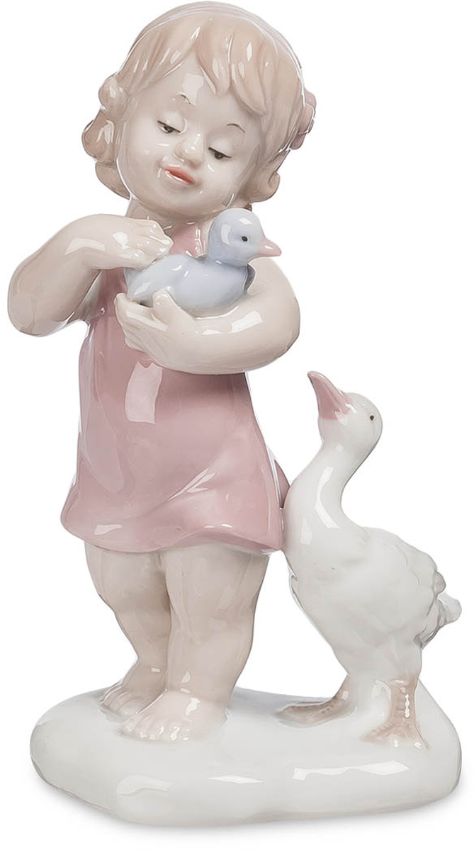 Фигурка Pavone Девочка. JP-42/ 328907 4Фигурка Девочки высотой 14 см.Каждая девочка мечтает побыть мамой, хоть чуть-чуть!Общение с домашними животными – лучшая школа для ребенка, дающая представления о внешнем мире и правилах, которые в нем действуют. Дети, выросшие в окружении животных, проще и естественнее входят в мир взрослых отношений. Фарфоровая статуэтка Девочка изображает кроху с гусенком на руках; судя по наряду и поведению, в деревне она проездом и с интересом знакомится с животным миром сельской местности.Одежда юной натуралистки состоит из короткого розового платья. Скромный наряд лишь приближает ее к животному миру, в котором одеждой является кожа, шкура или оперение. Девочку заинтересовал голубой гусенок, которого она держит в левой руке и поглаживает правой. Родительница-гусыня с трудом переживает разлуку с ребенком и с нетерпением ждет возвращения малыша у ног девочки.Высота статуэтки – 14 сантиметров. Ей можно превосходно украсить кухню, спальню, одну из комнат загородного дома. Девочка с голубым гусенком понравится подруге, которая любит животных, а также друзьям, предпочитающим жить за городом.