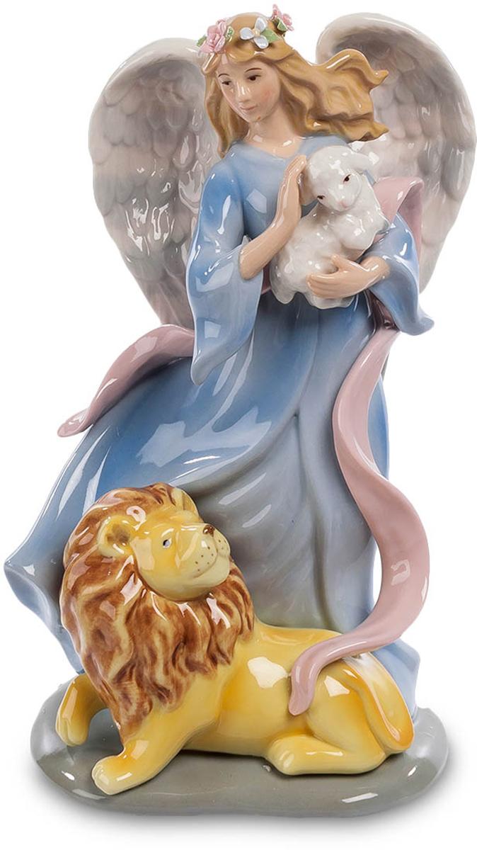 Музыкальная статуэтка Pavone Ангел и лев. CMS-24/ 674-0060Музыкальная статуэтка Ангел и лев (Pavone)Сильный лев и слабый ягненок, классическое противостояние силы и нежности, охотника и жертвы, жестокости и ласки. Но сегодня в трагический сюжет вмешалась иная сила – девушка-ангел с мощными крыльями за спиной забрала ягненка на руки, желая защитить символ беззащитности. И лев покорно улегся у ног ангела, лишь посматривая на объект несостоявшейся охоты. Защити слабого – и сильный склонится перед тобой с уважением, говорит сюжет этой скульптурной композиции. И это не просто скульптура из фарфора – это музыкальная фигурка, так что она украсит вашу комнату не только своей красотой, но и звуками прекрасной музыки.