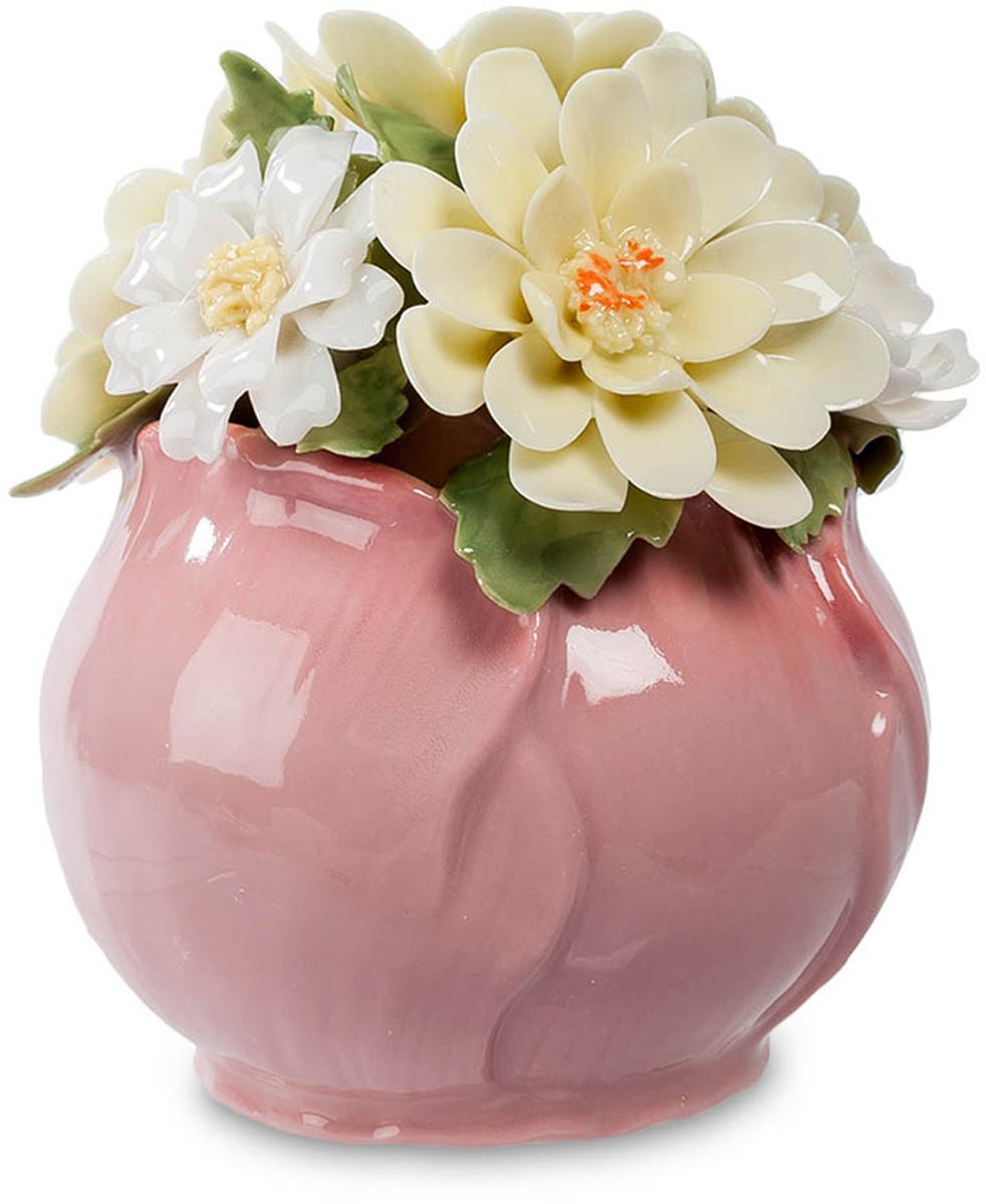 Композиция Pavone Маргаритки. CMS-33/29THN132NКомпозиция Маргаритки (Pavone) Эта цветочная композиция – миниатюрный сувенир. Ваза, являющаяся ее основой, выполнена как будто из лепестков розового цветка, а сама композиция представлена белыми с легчайшим желтоватым отливом цветами маргариток. Контрастным фоном служат темно-зеленые листья. Лепестки кажутся живыми, из такого тончайшего фарфора они выполнены. Если такую композицию подарить на память, она сохранится на долгие годы – о том, кто ее подарил, будут помнить всегда. Это – преимущество фарфоровых цветов перед живыми: те, увы, быстро увядают, так что дарят их на несколько дней. А эти маргаритки будут вас радовать несколько лет.