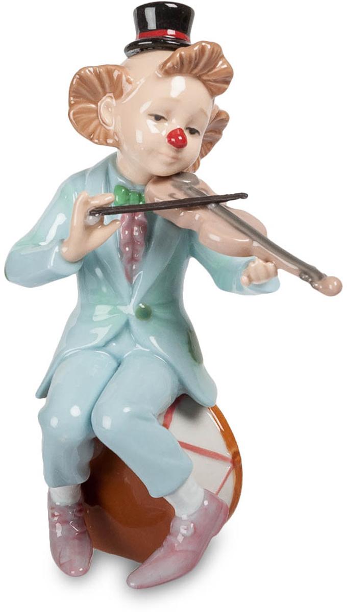 Фигурка Pavone Клоун со скрипкой. CMS-23/3574-0120Фигурка Клоун со скрипкой (Pavone) Клоун – амплуа сложное. Если он берется что-либо делать на арене цирка, то делает лучше, чем те артисты, которых он пародирует, так что одновременно и смешит, и навыками своими поражает. Вот этот клоун взялся поработать музыкантом. Присел на барабан и взял в руки скрипку. И полилась мелодия, неожиданно нежная и трогательная. Он и сам забыл про свой нос с клоунской нашлепкой, чудную прическу и смешной головной убор. Да и окружающие все притихли и слушают музыку. И не клоун уже перед нами, а большой артист, талантливый и глубоко чувствующий музыку. Последняя нота – и снова клоун нас веселит до слез. Но музыку эту мы запомним…
