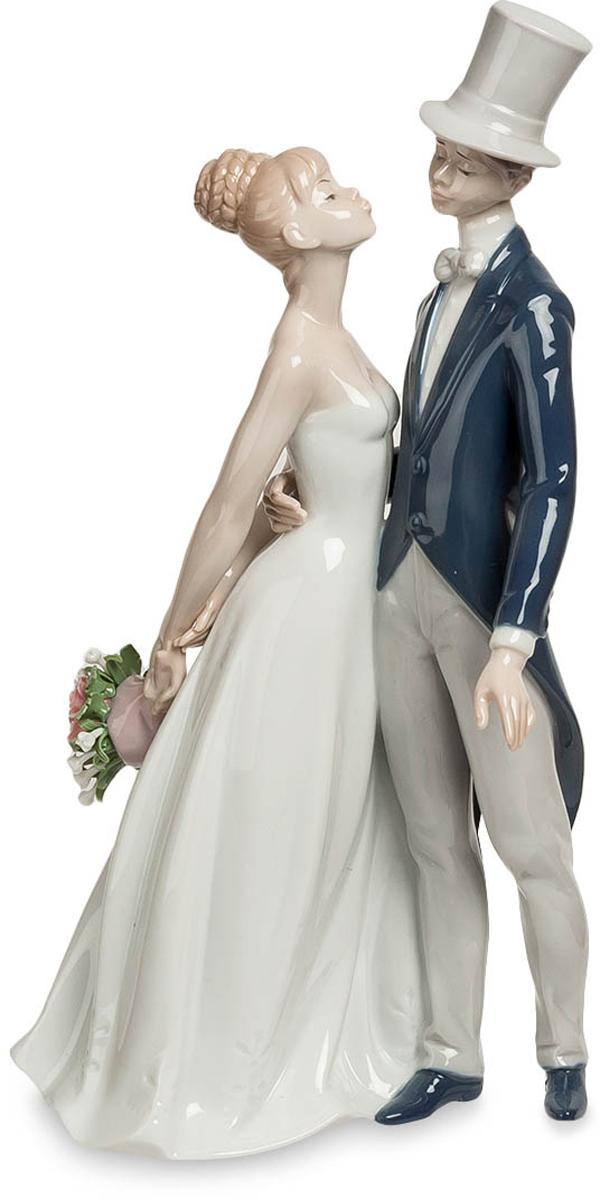 Статуэтка Pavone Молодожены. JP-15/33THN132NСтатуэтка Молодожёнов высотой 30 см.Еще и надо было ждать пока разрешат поцеловать невесту… вот беспредел!Им еще неловко целоваться, особенно при большом скоплении людей. А на свадьбе это делать приходится. Стройная невеста в белом платье и молоденький жених во фраке и шляпе-цилиндре робко тянутся друг к другу губами, хотя он уже уверенно обнимает ее за талию. Об этих первых часах семейной жизни молодожены будут вспоминать всю свою жизнь, и такая вот фарфоровая фигурка останется долгой памятью об этом счастливом времени. Такую статуэтку можно не только на свадьбу подарить, но и по случаю помолвки. Главное, что это – пожелание семейного счастья, радостного отношения друг к другу и настоящей, искренней любви.