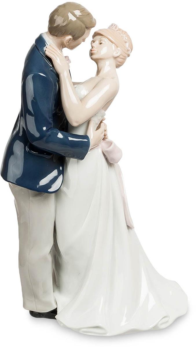 Статуэтка Pavone Молодожены. JP-15/35THN132NСтатуэтка Молодожёнов высотой 30 см.Они целуются, а их мамы плачут… от счастья, конечно же.