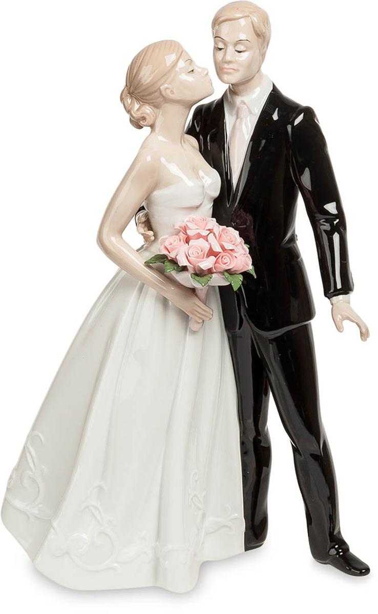 Статуэтка Pavone Молодожены. JP-15/3674-0060Статуэтка Молодожёнов высотой 26 см.Легким поцелуем был награждён жених за прилежное поведение на свадебной церемонии.
