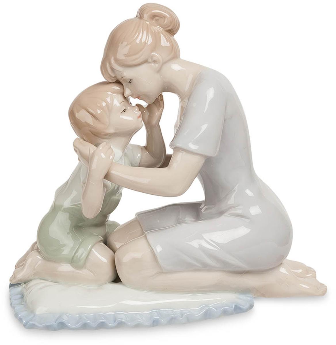 Статуэтка декоративная Pavone Мать с сыном, высота 14,5 смPARADIS I 75013-3C ANTIQUEДекоративная статуэтка Pavone Мать с сыном станет оригинальным подарком для всех любителей стильных вещей. Она выполнена из высококачественного фарфора в виде матери с сыном. Изысканный сувенир станет прекрасным дополнением к интерьеру. Вы можете поставить статуэтку в любом месте, где она будет удачно смотреться и радовать глаз. Размер статуэтки: 15,5 х 8,5 х 14,5 см.
