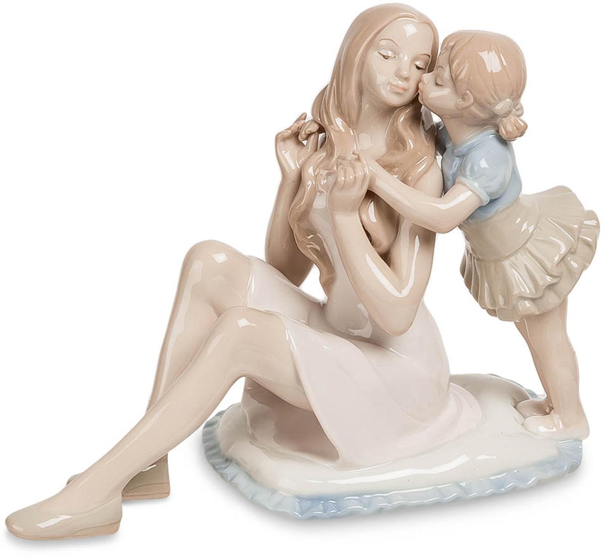 Статуэтка Pavone Мать с дочерью. JP-15/3874-0140Статуэтка Девушки с ребёнком высотой 15 см.Вот что бы не говорили, а сильнее дочки никто маму не любит!Отличным подарком маме может стать фигурка Мама с дочерью. Статуэтка сделана из фарфора и вызывает самые положительные и теплые эмоции. Изделие представляет собой композицию из двух фигур: сидящей мамы и стоящей рядом дочери, которая ее целует. Статуэтка напоминает нам о самом важно в жизни и том, любовь мамы к нам безоговорочная.
