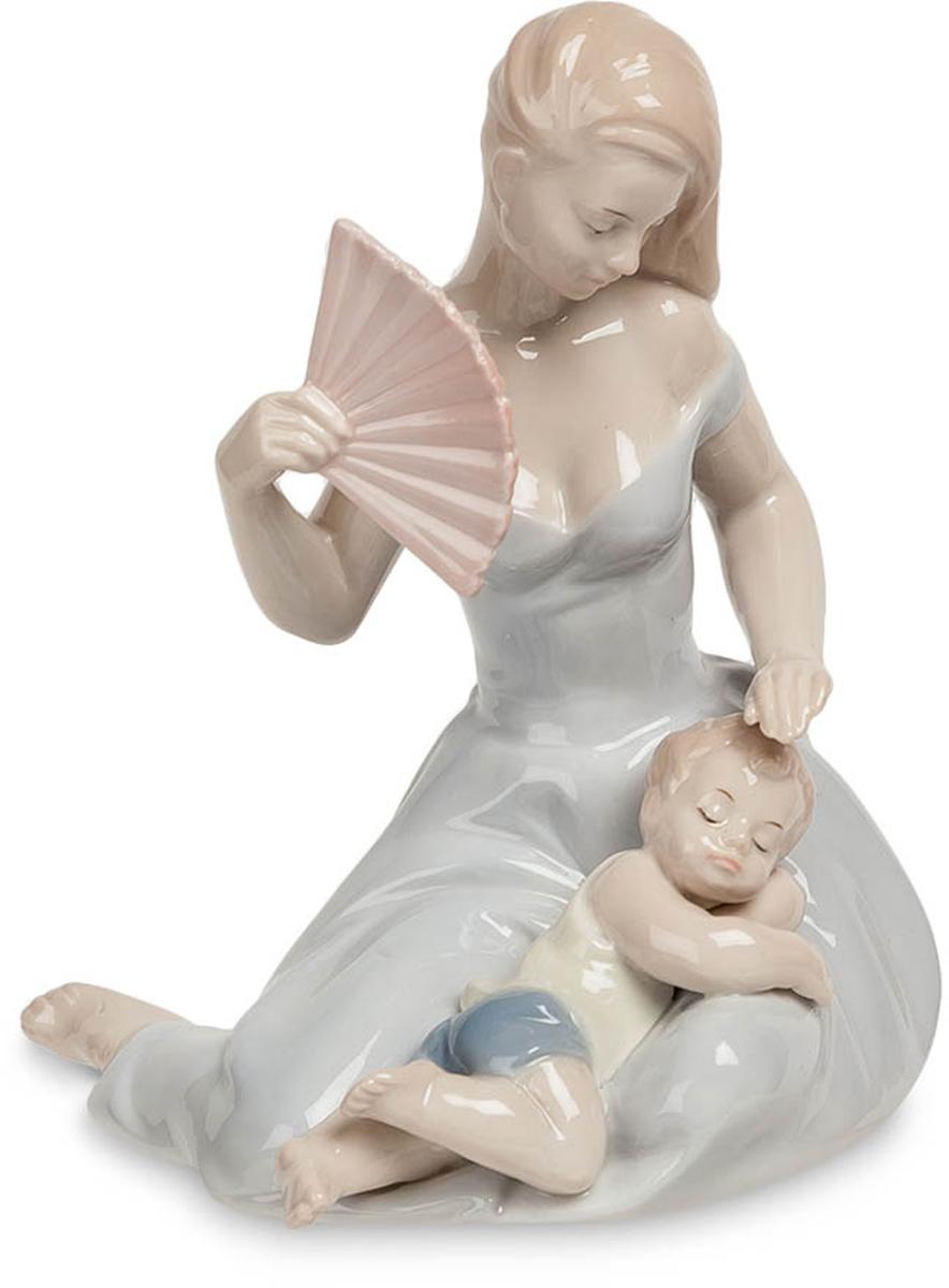 Статуэтка Pavone Девушка с ребенком. JP-15/3912723Статуэтка Девушки с ребёнком высотой 15 см.Забота всегда настигает нас, когда мы любим.После рождения ребенка у женщины обычно наступает самая спокойная и благодатная пора: пока муж трудится на службе и обеспечивает семью, жена может круглые сутки наслаждаться компанией младенца, проявляя материнские чувства и любуясь чадом. Фигурка Девушка с ребенком изображает женщину именно в этот прекрасный момент: она изображена сидящей на полу с веером, а на ее коленях устроился маленький, отдыхающий от игр, сынишка. Девушка почти касается лба ребенка: возможно, она пытается его осторожно погладить, чтобы не разбудить, а может быть, прикрывает его глаза от яркого света.Фарфоровая статуэтка Девушка с ребенком понравится любой женщине. Она будет прекрасно смотреться в спальне, на кухне и в большой комнате. Статуэтку можно подарить молодой маме, а также любой женщине, которой доводилось нянчить маленьких детей.
