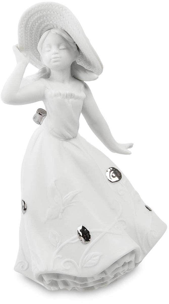 Статуэтка Pavone Юная Леди. JP-48/1374-0120Статуэтка Девочки высотой 19 см.С такой милой шляпкой никакое солнце в поле не страшно!Эта юная леди не боится ничего. Ей покорны все. Ей дозволено многое. Она смела и бесстрашна, она свободна и любопытна... Впрочем, как и все дети этого возраста. Изящная фарфоровая фигурка маленькой девочки очень интересна и мила. Скульптор поймал тот удивительный миг, когда девочка как будто задумалась, остановившись на одно мгновение на самом солнцепеке. Летящее длинное платье, украшенное необычными металлическими бляшками и шикарным бантом сзади, большая широкополая шляпа, которую того и гляди, унесет порывом ветерка, задумчиво прикрытые глаза и мечтательное выражение лица придают статуэтке необычайную женственность. Кокетливо отставленная в сторону ладошка дает понять, что со временем из девочки вырастет настоящая похитительница мужских сердец. Кажется, что это - Галатея, которая вот-вот дождется своего Пигмалиона. Но, осторожно, с такой романтичной особой, как наша Юная леди - шутки плохи! Кокетка, баловница, одним словом - само очарование и невинность!