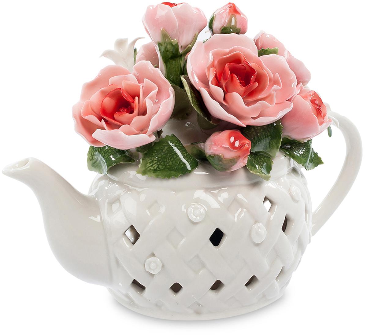 Музыкальная композиция Pavone Чайник с цветами. CMS-33/39FS-80299Музыкальнаякомпозиция Чайник с цветами (Pavone) Этот белый заварочный чайник на самом деле не предназначен для приготовления в нем чая. Он является основой для размещения прекрасной цветочной композиции из нескольких ало-розовых роз. Каждый фарфоровый лепесток кажется живым, на зеленых листиках видны прожилки, этот букет в чайнике выглядит очень красиво и способен в любое время года создать праздничное настроение. Но есть в чайнике и еще один секрет – в него встроен музыкальный механизм, который достаточно просто завести, чтобы полились звуки приятной музыки. Такой многоцелевой сувенир – превосходный подарок, украшающий комнату и радующий слух.