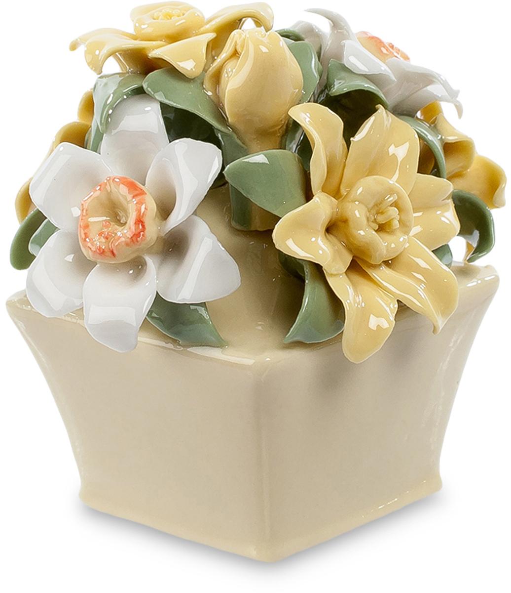 Цветочная композиция Pavone Нарцисс. CMS-33/49THN132NЦветочная композиция Нарцисс (Pavone) Эта миниатюрная цветочная композиция – превосходный сувенир, напоминающий о лете и о том, кто вам подарит этот фарфоровый букетик. Цветы и листья выполнены настолько тщательно, что кажутся живыми, хотя на самом деле эти белые и желтоватые нарциссы изготовлены из тончайшего фарфора. Пусть эта коробочка с цветами такая маленькая, все равно, глядя на нее, вы будете вспоминать время, когда распускаются цветы. В комнате станет теплее, и радость вернется в вашу душу. Эти цветы никогда не завянут, им стоять годы, оставаясь свежими и яркими среди любых невзгод и холодов. Это – тот редкий случай, когда искусственные цветы не уступают настоящим.