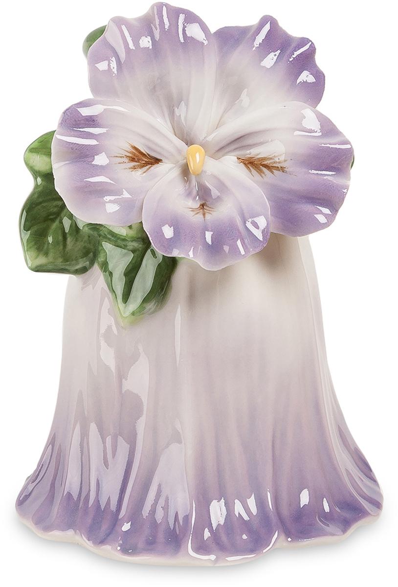 Колокольчик Pavone Райский цветок. CMS-36/ 674-0140Колокольчик Райский цветок (Pavone) Этот колокольчик действительно может звонить – на его звон можно собирать всю семью, например, к ужину. Ну, придумать повод для того, чтобы позвонить, не сложно, да если и не звонить вообще, то этим колокольчиком можно любоваться. Сам колокольчик – бело-голубой цветок, распустившийся на ветке с зелеными листьями. А рядом еще один цветок распустился, но уже не для звона – для красоты. Даже просто поставить на полочку – уже красиво, да и в любой момент позвонить можно. Как подарок хорош для хозяйки квартиры, и красив, и всю семью созвать при необходимости способен.