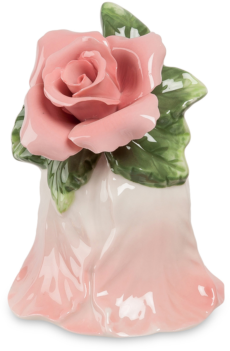 Колокольчик Pavone Райский цветок. CMS-36/ 7FS-80299Колокольчик Райский цветок (Pavone) Если в большом доме надо кого-то позвать и при этом не хочется кричать на весь дом, стоит иметь для этой цели колокольчик. Тем более, такой красивый. Сам он представляет собой перевернутый цветок нежного розового цвета. А вместо ручки на нем расположена удивительной красоты розовая роза с тончайшими фарфоровыми лепестками. Под розой – несколько листьев: похоже, что эту розу только что срезали прямо с куста вместе с веточкой и просто положили на нежный колокольчик. Голос фарфорового колокольчика не такой громкий, как металлического, но зато он намного мелодичнее. Если вы вручите этот сувенир в качестве подарка, роза на нем никогда не завянет!