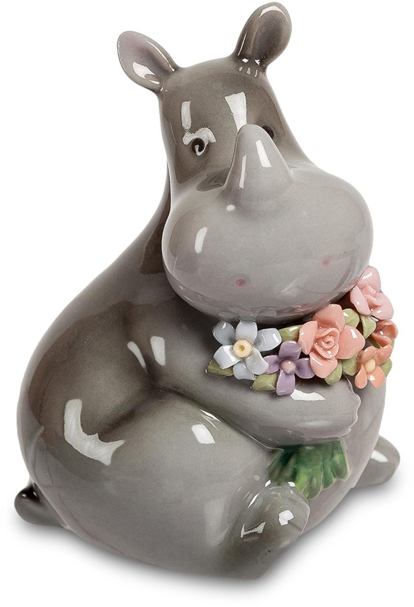 Фигурка Pavone Носорог с букетом. CMS-60/ 354 009305Фигурка Носорог с букетом (Pavone) Совершенно необычный этот носорог. Никакого привычного образа могучего зверя, идущего напролом, которого остановить не может никто. И вдруг – совершенно нежный носорог, с ласковым и чуть печальным взглядом, крепко держащий в лапе букет роскошных цветов. Даже свирепая сила куда-то отступает, если на первый план выступает любовь. Прекрасный подарок для любимой женщины, которая всегда будет вспоминать того, кто принес ей цветы в образе такого могучего, но при этом тающего от нежности зверя. С днем рождения! И много-много счастья в жизни!