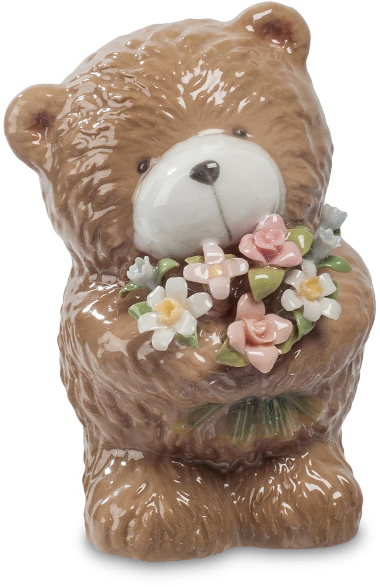 Фигурка Pavone Мишка с букетом. CMS-60/ 674-0120Фигурка Мишка с букетом (Pavone) Этот маленький фарфоровый медвежонок принес в подарок цветы. Целую охапку маленьких фарфоровых цветочков с тончайшими разноцветными лепестками. И смотрит немного грустно: ведь не от своего имени он вручает этот букет. Он всего лишь посредник, но зато делать это он будет каждый день. Давно завянут подаренные на день рождения цветы, а медвежонок все также будет радовать свежими яркими цветами – круглый год, независимо от погоды. Приятный маленький сувенир будет о вас напоминать долго, принося охапку радости и праздничного настроения. И не смотрите, что медвежонок грустный, он ведь здесь не при чем!