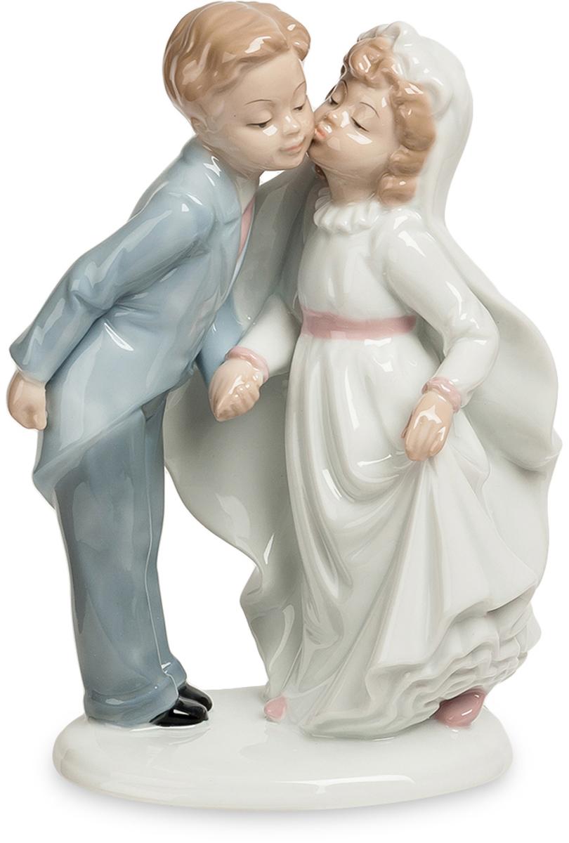 Статуэтка Pavone пара Торжественный поцелуй. JP-15/44FS-80299Фигурка Детей высотой 21 см. (детей-молодожёнов?)Под барабанную дроюь и фанфары юный жених целует свою юную невесту!Молодожены закрепляют свой только что созданный брачный союз торжественным поцелуем. Они еще стесняются окружающих, да и самих себя, целуясь целомудренно – в щечку. Но все еще впереди, поцелуи станут жаркими, движения рук смелыми, объятия крепкими. Но всему начало положит этот вот робкий поцелуй. Не зря молодожены показаны в образе детей – они пока еще совсем дети в вопросах семейных отношений, им еще предстоит взрослеть и набираться опыта. Подарок особенно хорош к свадьбе, но и к ее годовщине паре будет неплохо вспомнить о том, какими робкими они когда-то были… И посмотреть с высот своего жизненного опыта на самый исток своих взаимоотношений.