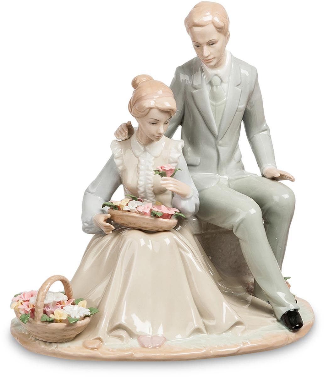 Статуэтка Pavone пара Цветы для Любимой. JP-15/46THN132NСтатуэтка Молодожёнов высотой 24 см.Любимые цветы моей любимой жены.Женщины очень любят знаки внимания, и расцветают, как бутоны прекрасных цветов, окруженные знаками внимания окружающих мужчин или одного-единственного, но любимого человека. Без эмоционального движения жизнь на этой планете напоминала бы ад; женщины знают об этом и с удовольствием поощряют кавалеров на маленькие, но приятные подарки. Статуэтка Цветы для любимой, сделанная их фарфора и раскрашенная красками пастельных тонов, изображает молодую пару – мужчину и возлюбленную, которой он только что преподнес две большие корзинки ароматных роз.Пара выглядит вполне современно: судя по костюмам, молодые люди любили друг друга в середине прошлого века. На мужчине строгий элегантный костюм, на девушке – длинное бежевое платье с белыми оборками и голубая блузка. У молодых людей приятные, спокойные лица и красивые прически. Композиция расположилась на круглой тонкой подставке, а влюбленная пара – на сером бордюрном камне.Фигурку Цветы для любимой можно подарить влюбленной паре, преподнести в качестве свадебного подарка, а также подарить друзьям, отмечающим годовщину отношений или бракосочетания.