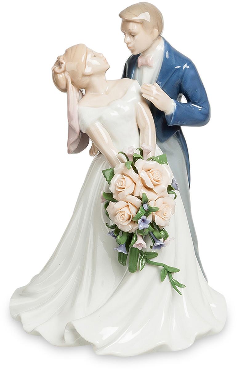 Статуэтка Pavone пара Венчальный день. JP-15/4825051 7_зеленыйСтатуэтка Молодожёнов высотой 18 см.Мужчины устраивали войны из-за женщин.А вот женщины могут устроить войну из-за букета невесты.Статуэтка Венчальный день - это очень романтичная статуэтка изготовлена из высококачественного фарфора, покрытого глянцевой глазурью и орнаментами акриловых красок. На статуэтке изображены влюбленные молодожены. Статуэтка может быть прекрасным подарком на свадьбу. Этот день всегда является самым радостным и незабываемым для виновников праздника. В день свадьбы два сердца сливаются в одно, на небе зажигается новая звезда и рождается молодая семья. Свадьба – это не просто праздник, это событие всей жизни. Статуэтка Венчальный день будет каждый день напоминать о минутах радости этого торжественного дня.