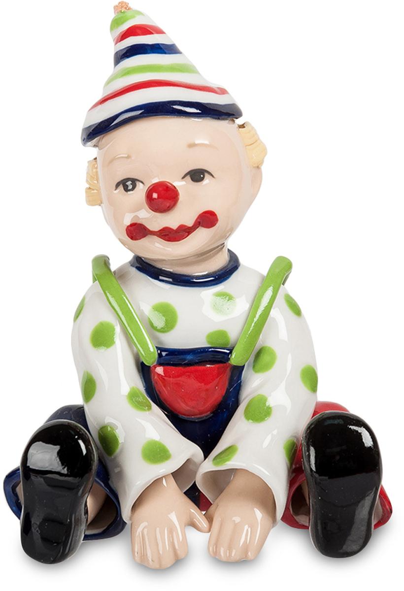 Фигурка Pavone Клоун. CMS-23/40THN132NФигурка Клоун (Pavone) Фарфоровая фигурка клоуна, усевшегося на арене. Он, похоже, изображает маленького ребенка, и ему это вполне удается: хороший клоун в любую роль способен вжиться. Нарисованная улыбка вызывает смех, но сам артист не улыбается. И глаза его смотрят грустно. Почему? Это надо так для задуманного номера или артист не сумел скрыть свои собственные эмоции? Но это – просто остановленное мгновение: через секунду вновь начнется фейерверк веселых шуток и смешных сценок. Клоуну нельзя грустить, тем более, на сцене. Если среди ваших друзей есть артист цирка, подарите ему такую фигурку и пожелайте меньше грустить!