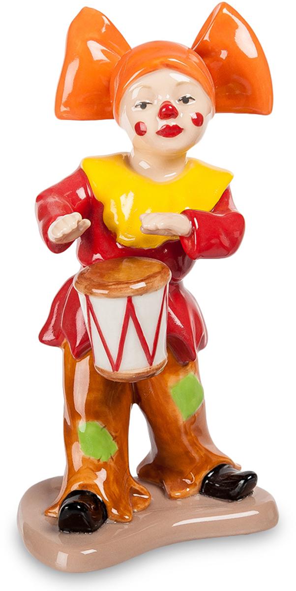 Фигурка Pavone Клоун. CMS-23/4425051 7_желтыйФигурка Клоун (Pavone) Эта фарфоровая фигурка изображает клоуна. Он предельно ярко одет – красная куртка с ярко-желтым воротником, коричневые длинные штаны с зеленями заплатами. На голове у артиста – оранжевая шапочка с огромным бантом, лицо раскрашено в традиционной клоунской манере: красным намечены кубы, щеки и кончик носа. На поясе у клоуна висит небольшой барабан, в который он активно колотит руками, отбивая ритм какой-то мелодии. Вид самого веселого из цирковых артистов вызывает улыбку, хотя взгляд у него вовсе не веселый. Кто может угадать, что на самом деле у клоуна на душе? А, может, эта грусть нужна по плану номера и через секунду он уже будет до ушей улыбаться, веселя всех вокруг.