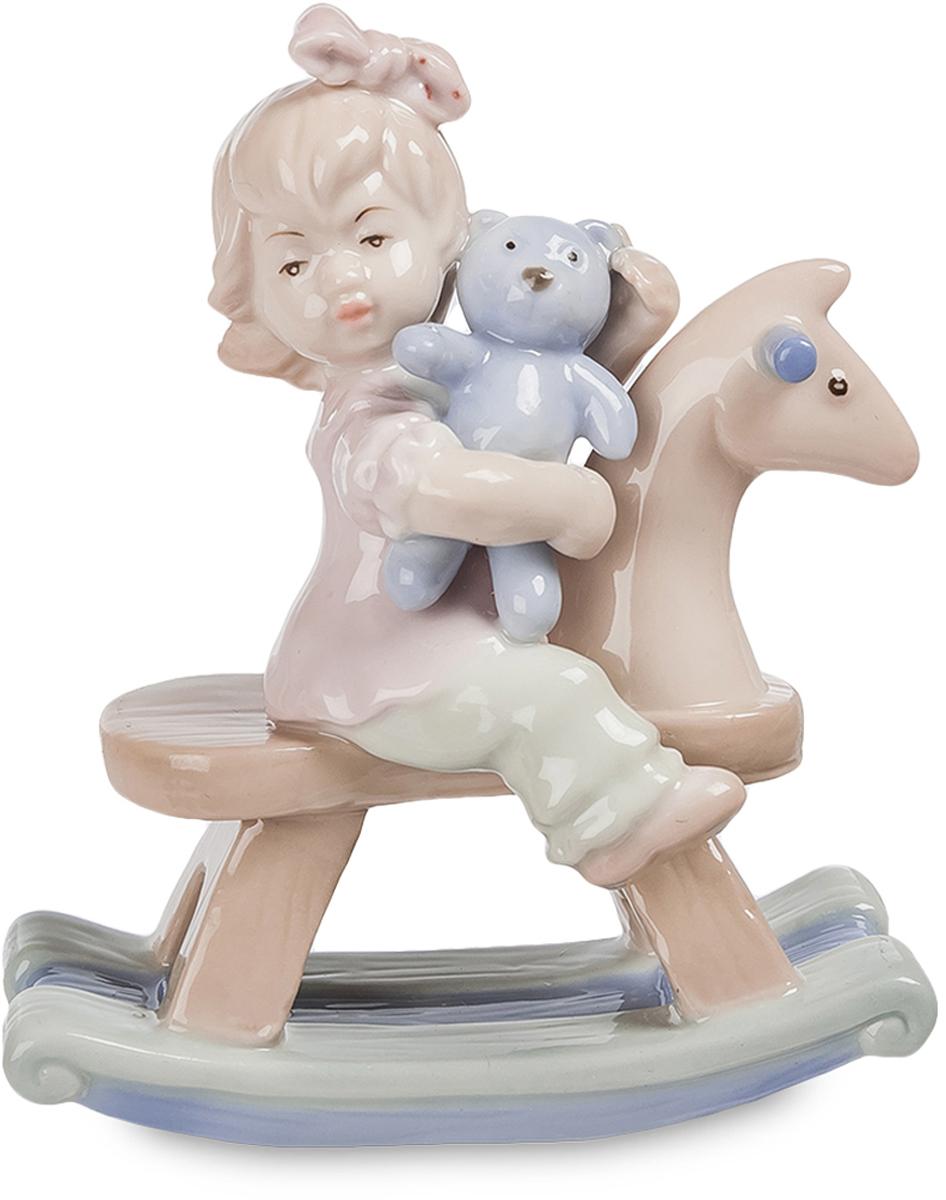Фигурка Pavone Девочка на лошадке. JP-36/1874-0120Красивая фигурка Девочка на лошади выглядит привлекательно и мило. Довольный ребёнок решил прокатить свою самую любимую игрушку на деревянной лошадке. Девочка прижимает к груди мишку и смотрит куда-то вдаль. Эту картину часто могут наблюдать родители, когда у них подрастают детки. Создатель статуэтки решил выполнить фигурку в светлых и естественных тонах, без ярких линий и броского декора. Именно благодаря их отсутствию, фарфоровое изделие выглядит особенно нежным. Сочетание голубого оттенка с бежевым цветом придают фигуре необыкновенный стиль. Такую статуэтку можно подарить родителям, маме или самому ребенку, когда он подрастет, как напоминание о том славном времени весёлого детства. Фигурка выполнена из качественного фарфора. Она не испортится со временем и достойно украсит детскую комнату или станет частью коллекции фарфоровых статуэток.