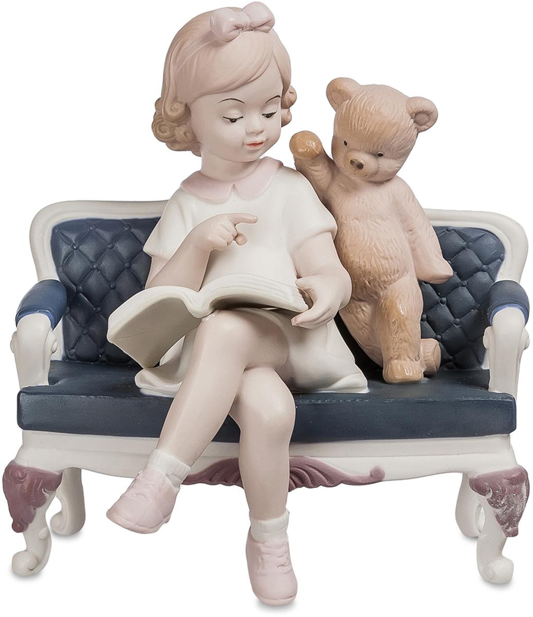 Статуэтка Pavone Любимое занятие. JP-42/2510850/1W GOLD IVORYФигурка Девочки. Тем, у кого в детстве было любимое занятие, крупно повезло: увлеченность и умение концентрироваться, желание достигать результатов воспитываются в раннем возрасте. Девочке, которую изобразили создатели фарфоровой статуэтки Любимое занятие, повезло: каждая минута ее детской жизни наполнена смыслом.Девочка расположилась на венской скамеечке, на ее коленях – открытая книга. Судя по выражению лица и принятой позе, она отлично знакома с ее содержанием, и готова объяснить написанное плюшевому медведю, пристроившемуся у ее левого плеча. Медведь пока не разобрался во всем, но сосредоточен и прилежен. Спокойствие и хладнокровие юного создания, высоко поднятые брови делают девочку похожей на медсестру Гнуссен из фильма Пролетая над гнездом кукушки. Будем надеяться, что со временем она станет школьным учителем.Какую именно профессию выберет фарфоровая девчушка, нам неизвестно. Но вы узнаете об этом первыми, если приобретете фигурку и украсите ей детскую комнату или кабинет.
