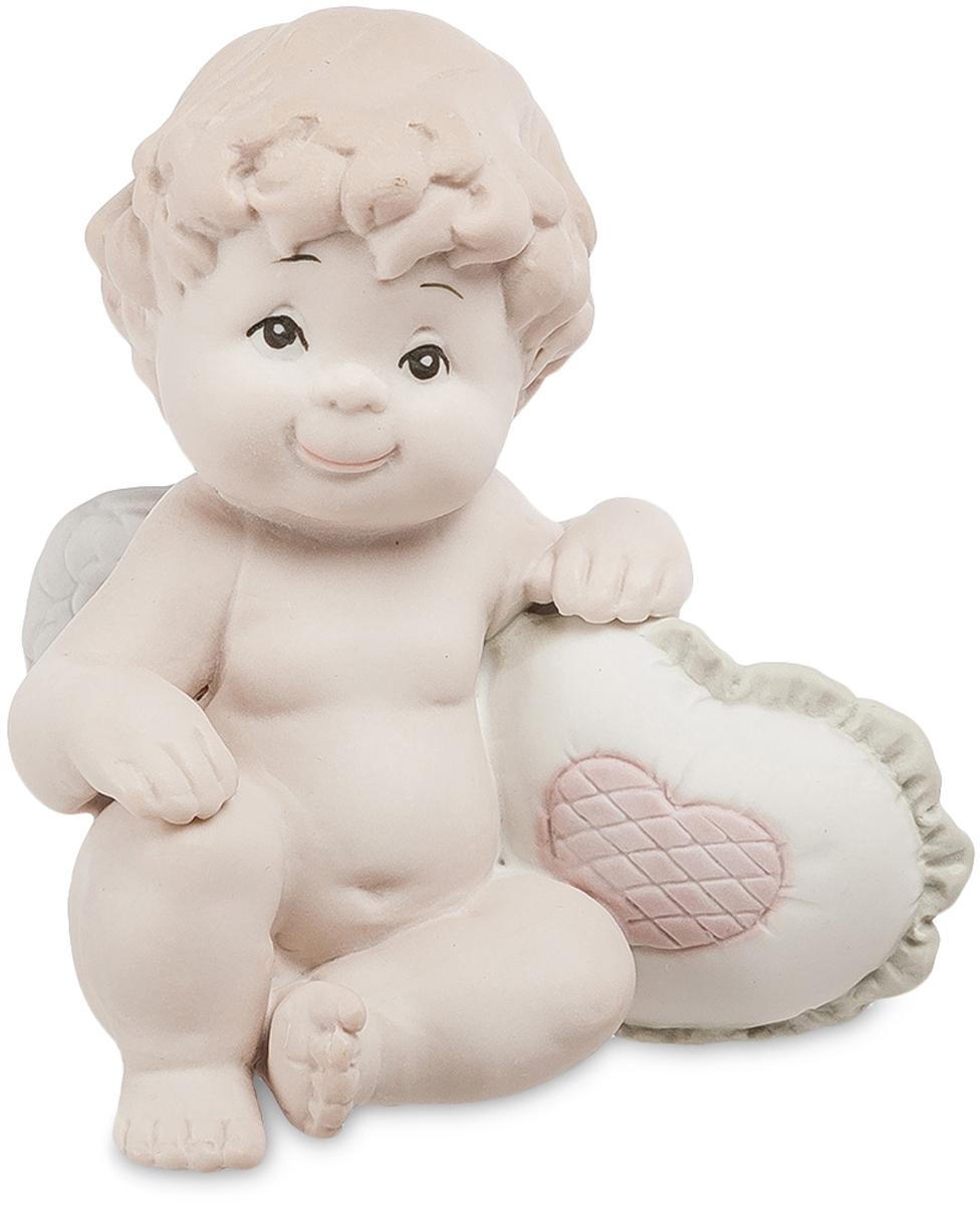 Фигурка Pavone Ангелочек. JP-48/2537913Фигурка Ангелочек бисквит (Pavone)Фигурка Ангелочек, сделанная из бисквитного фарфора, изображает маленького мальчика с белыми крыльями. Он слишком мал и еще не успел превратиться в Амура, ранящего сердца людей стрелами любви, но уже изучает человеческую анатомию: под его правой рукой – подушечка в форме сердца, украшенная розовым сердечком в центре.У мальчика кудрявые волосы, проницательные черные глаза и радостная улыбка на устах. Он изображен в сидячей позе, в которой часто можно увидеть маленьких детей. Наивное выражение лица ребенка многим напомнит о собственных детях, которые также вели себя по-ангельски в раннем детстве.Ангелочка можно подарить молодой маме, бабушке, а также собственным родителям. Фигурка будет лучше всего смотреться в спальне, но ее можно разместить и в других комнатах, обставленных светлой мебелью в пастельных тонах.