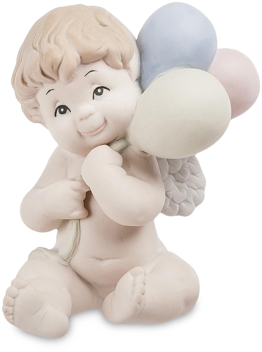 Фигурка Pavone Ангелочек. JP-48/2641619Фигурка Ангелочек бисквит (Pavone)Бисквитный фарфор – это материал удивительной прочности и красоты, из которого изготавливают большинство украшений и статуэток. Фарфоровая фигурка Ангелочек изображает милого мальчика, держащего в руках несколько воздушных шариков и мечтательно улыбающегося кому-то вдали. Купидоны в виде маленьких пухленьких ангелочков издавна были символами любви, нежности и умиротворения. Фигурки детей и до сих пор пользуются популярностью и приносят мир и счастье в дом, куда их приобретают.