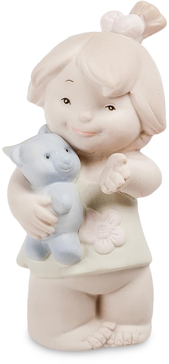 Фигурка Pavone Девочка. JP-48/27THN132NФигурка Девочка бисквит (Pavone)Дети, игры которых не требуют ответственных решений и не сулят серьезными неприятностями, легче взрослых проявляют чувства, и часто, не ведая того, демонстрируют вполне взрослое поведение. Девочки, играя в куклы и забавляясь с любимыми плюшевыми зверьми, по-матерински относятся к неодушевленным предметам: им важно проявлять заботу, а не получать ответную реакцию. Статуэтка Девочка, сделанная из бисквитного фарфора, посвящена детству и первым урокам материнской заботы, которую маленький ребенок проявляет к синему плюшевому мишке.У девочки открытое, доброе лицо и довольная улыбка. Она обнаружила перед собой что-то интересное и указывает рукой на предмет, знакомя с приятным явлением игрушку, которую бережно прижимает к груди правой рукой. На девочке короткое зеленое платьице, украшенное цветочком, а ее волосы на затылке перетягивает розовая лента. Девочка не просто довольна, а по-матерински спокойна, отдавая себя без остатка заботе о любимой игрушке.9-сантиметровая фигурка Девочка - хороший подарок для молодых родителей, которые недавно обзавелись первенцем и скоро превратятся в воспитателей. Статуэткой также можно украсить кухню, спальню, комнату ребенка и даже ванную комнату.