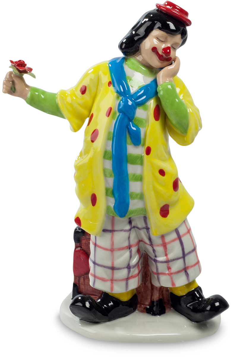 Фигурка Pavone Клоун. CMS-23/50THN132NФигурка Клоун (Pavone) Клоуну, выступающему на цирковой арене, приходится изображать самых разных людей, пародировать других артистов и выступать в разных ролях. Вот этот клоун в данный момент играет роль влюбленного человека. И настолько хорошо играет, что даже шутовской наряд и нарисованный огромный рот не заслоняют трогательной улыбки. Видно, что человек хочет преподнести своей возлюбленной цветок в знак искренней любви, но не решается прибавить к этому хотя бы слово, отворачивается, прячет свою улыбку. Разные роли может играть клоун, но все равно в конце концов его номер и насмешит публику, и растрогает до глубины души.