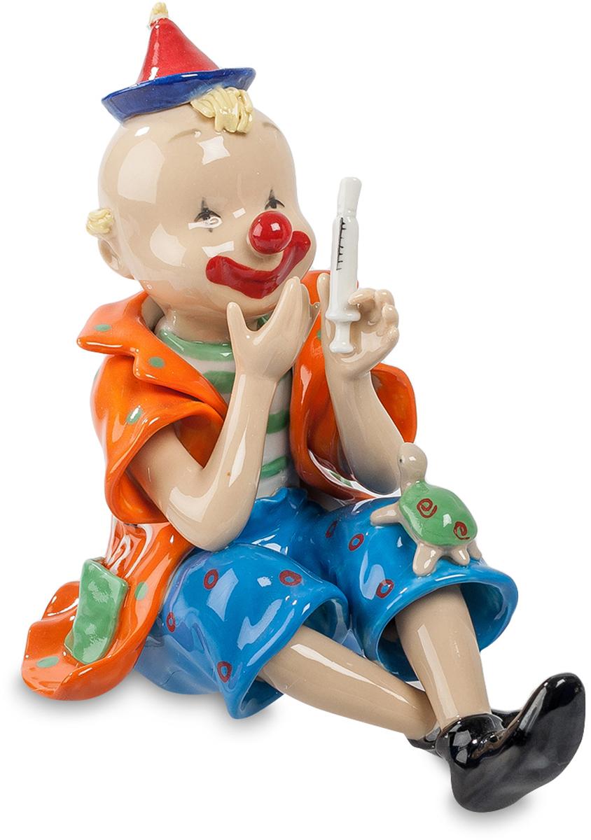 Фигурка Pavone Клоун. CMS-23/52THN132NФигурка Клоун (Pavone) Похоже, клоун собрался сыграть роль доктора Айболита. Вот и первый пациент к нему пришел – маленькая зеленая черепашка. Клоун приготовил шприц и глубоко задумался: куда же ей делать укол? Она же костяная! Похоже, зрители смогут увидеть очередную блестящую сценку из клоунского репертуара, ведь клоун не только своим пестрым видом и нарисованной улыбкой смешит зрителей. Он – настоящий артист, многоплановый, способный на неожиданные поступки и умеющий вызвать смех зала по любому поводу, даже такому необычному, как процесс лечения черепахи.