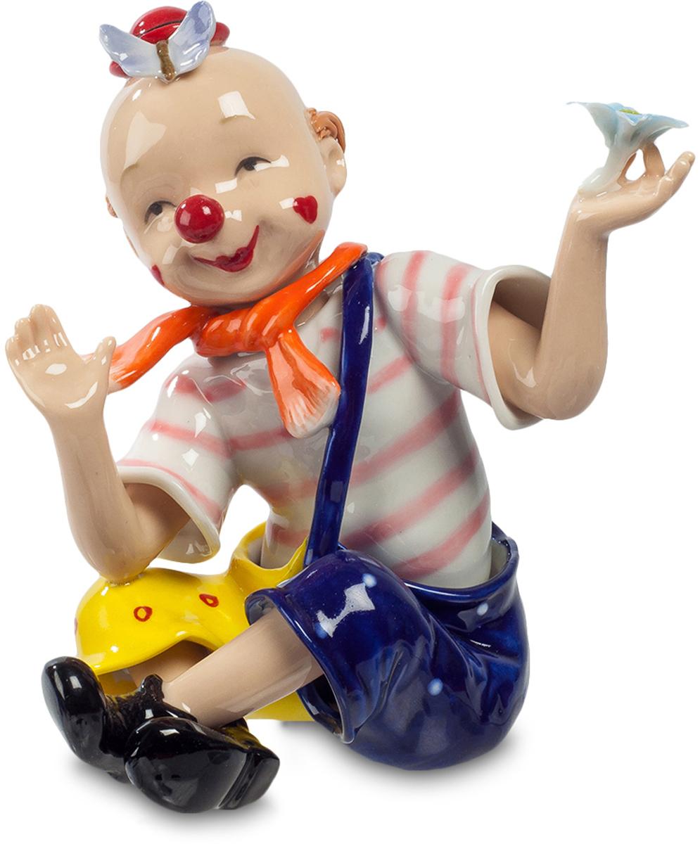 Фигурка Pavone Клоун. CMS-23/5312723Фигурка Клоун (Pavone) Этот забавный клоун одет под мальчишку. Легкая полосатая футболка, огромные двухцветные штаны на одной лямке, шарфик узлом на шее. На лысой голове миниатюрная шляпка, напоминающая мухомор, и бабочка, залетевшая в гости. Из образа выступает только парик, рыжие кудри которого остались лишь на затылке. Классический клоунский красный нос-нашлепка и нарисованная улыбка. Впрочем, ямочки на щеках превращают улыбку в настоящую, а цветок в руке объясняет, кого он собирается встретить. Уже ручкой машет, приветствуя свою даму сердца, может быть, случайно выбранную из публики: скоро весь цирк будет смеяться над очередной шуткой мастера жанра клоунады.