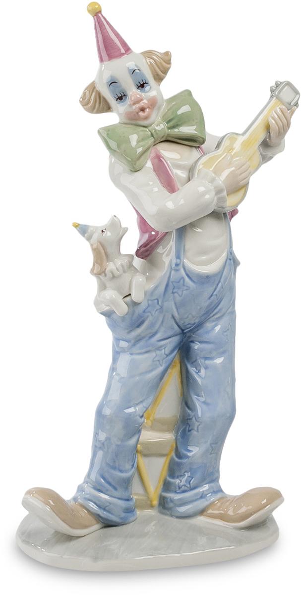 Статуэтка Pavone Клоун. CMS-23/57CMS-23/57Коллекционная статуэтка Клоун выполнена из дорогого фарфора в неброских тонах. Аккуратно расписана акварелью. Фигурка украсит любое место в помещении. Клоун выступает на арене цирка. Характерный клоунский парик, красный колпак на голове, отвисшие брюки на помочах и огромный зеленый бант на шее. Все смотрится забавным и вызывает смех. Но в руках у артиста гитара, тоже смешная, миниатюрная, но играет он на ней вполне профессионально и поет какую-то песенку, которой пытается подпевать его верная партнерша - небольшая собачонка, усевшаяся у него в кармане. Ручная работа станет красивым элементом декора и насытит обстановку дома уютностью и теплом. Близкие либо друзья будут в восхищении от такого трогательного символического подарка.Высота: 30 см.