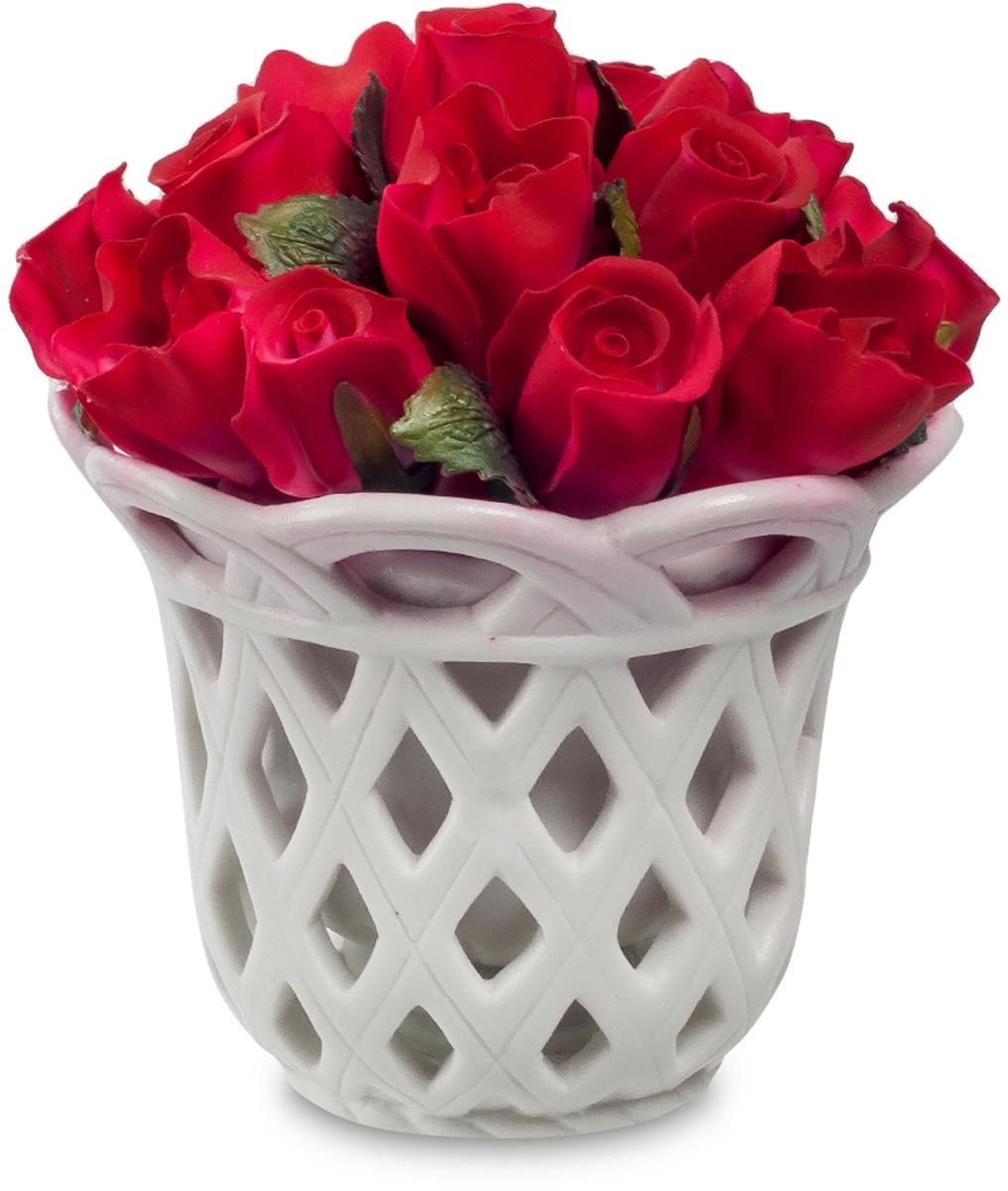 Композиция декоративная Pavone Цветочная корзина, высота 11,5 смTHN132NДекоративная композиция Pavone Цветочная корзина, выполненная из высококачественного фарфора, представляет собой букет алых роз в белоснежной вазе. Композиция Pavone Цветочная корзина- изделие с высокой степенью выразительности и декоративности, включающая в себя элементы, которые усиливают ее эмоционально-чувственное восприятие. От латинского decoro - украшаю. То есть декоративная композиция ставит своей целью украшать предметы, интерьер, элементы одежды и прочее. Также изделие станет отличным подарком.