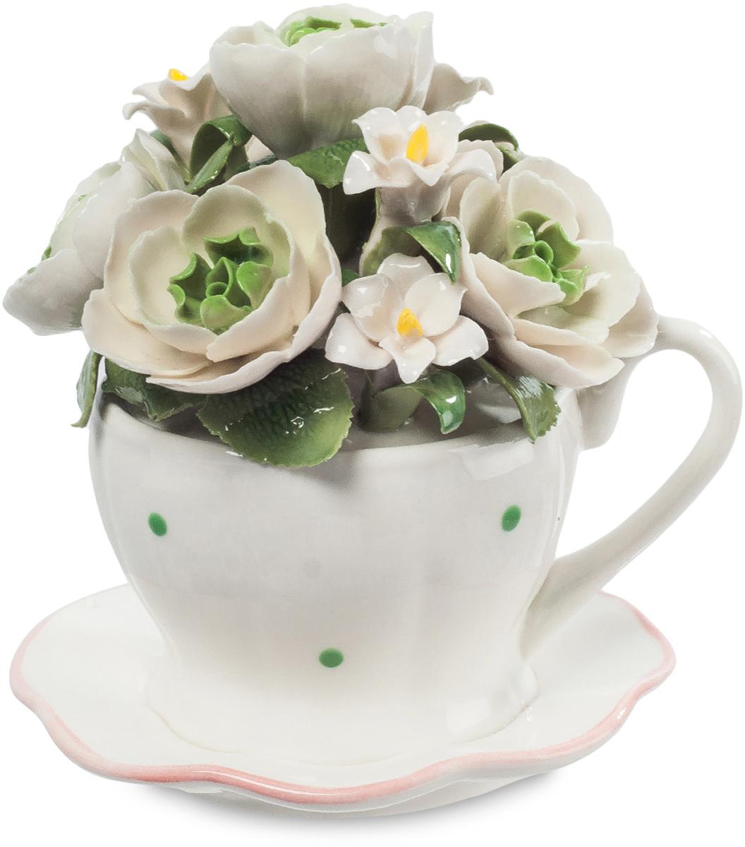 Музыкальная композиция Pavone Чашка с цветами. CMS-33/7112723Музыкальная композиция Чашка с цветами (Pavone)Почему считается, что цветы в вазе должны быть на длинных ножках? Мода такая, что ли? Да, это красиво, но не значит, что коротко срезанные цветы на маленьких стебельках не могут быть украшением праздничного стола. Вот эти ослепительно белые цветы поставили в обычную чашку для чая, она тоже белая, и редкие зеленые точечки перекликаются с зеленью листьев. Вот так, буквально из подручных средств, можно создать композицию изумительной красоты. Поставьте ее на стол, накрытый для праздничного обеда, и она всем поднимет настроение, напомнив о поре буйного цветения.